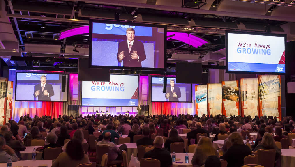 Peter Thomson speaking at the Travel Leaders National convention.